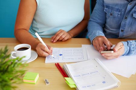 女性は、オフィスでスケッチのグラフィック デザインを描画します