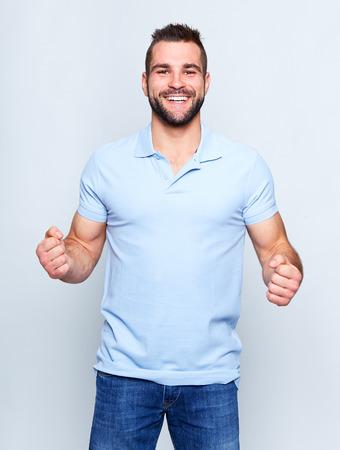 Hombre feliz joven con una camisa polo azul Foto de archivo