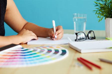 Graphic Designer bei skizzieren das Design Standard-Bild - 43778642