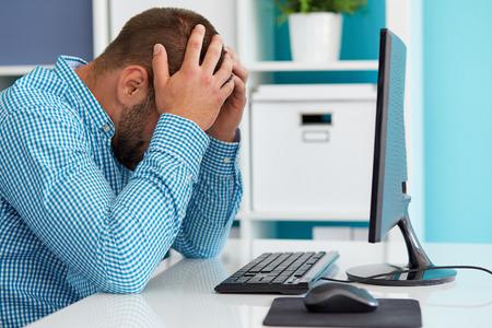 dolor de cabeza: Joven hombre de negocios bajo estr�s con dolor de cabeza