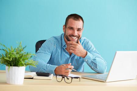 幸せな実業家ドキュメントやノート パソコンでの作業