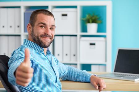 Zakenman werken op laptop en het maken van de ok gebaar Stockfoto