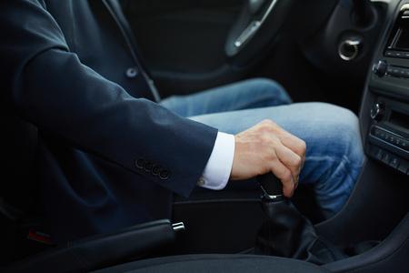 Mano del programa piloto en pomo de cambio de marchas manual