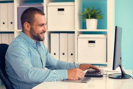 monitor de computadora: Diseñador gráfico trabaja en la tablilla digital, tonificado