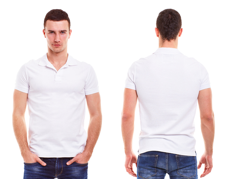 in  shirt: Hombre joven con la camisa de polo sobre un fondo blanco