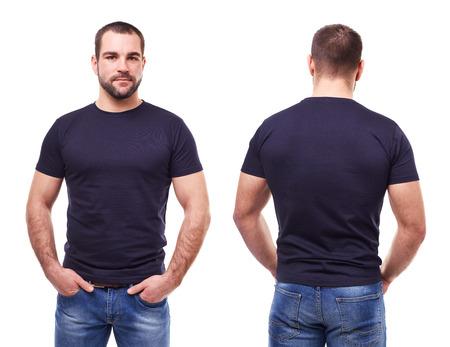 modelos posando: Hombre guapo en camiseta negro sobre fondo blanco