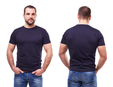 Uomo bello in maglietta nera su sfondo bianco