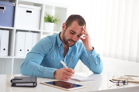 Man esquisse web design sur papier dans le bureau Banque d'images