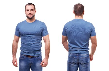 Bel homme en t-shirt bleu sur fond blanc