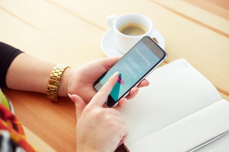 Nő okostelefon próbál bejelentkezni a mobil banki Stock fotó