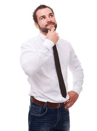 persona pensando: Joven hombre pensativo en una camisa blanca sobre un fondo blanco