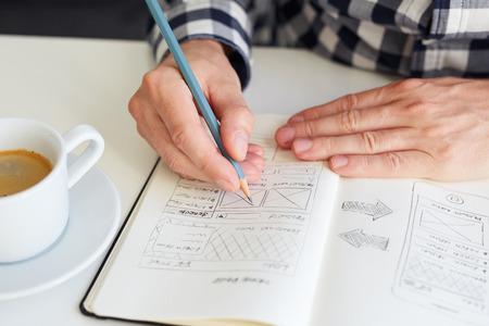 De man trekt een grafisch grafisch ontwerp voor de website Stockfoto