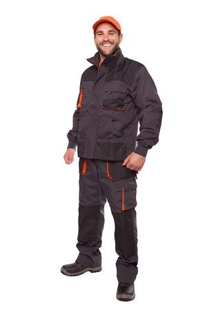 Uśmiechnięty pracownik w mundurze z pomarańczowym wieczkiem na białym tle