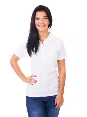 Donna felice in camicia di polo bianca su uno sfondo bianco