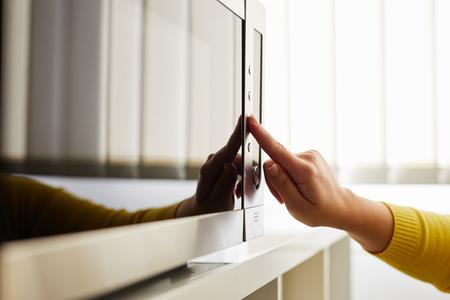 Mujer usando un microondas en la oficina