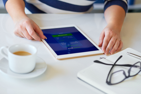 Female hands holds a tablet with online shop on screen Imagens