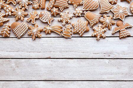 Biscuits faits maison de pain d'épice de Noël sur la table en bois blanche