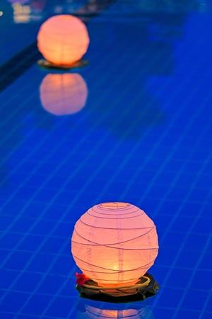 fiesta familiar: Linterna de agua flotando en la piscina