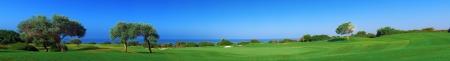 Panorama amplio campo de golf con vistas al mar y olivos, Paphos, Chipre
