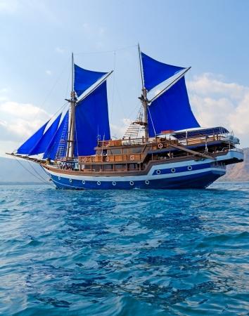 Vintage Wooden Schiff mit Blue Sails Nähe Komodo Island, Indonesia