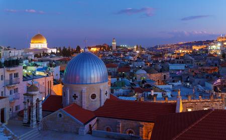 エルサレム旧市街と夜、イスラエル共和国の寺院の台紙 写真素材