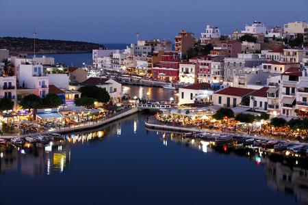 kreta: Agios Nikolaos City and Voulismeni Lake at Night  Crete, Greece Editorial