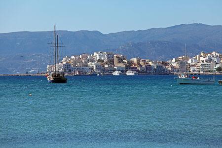 kreta: Agios Nikolaos City and Voulismeni Lake, Crete, Greece Editorial