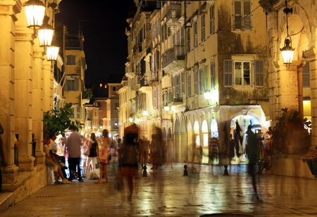 Liston, principal paseo marítimo en la noche, Corfu City, Grecia Editorial