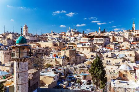 paisagem: Telhados da cidade velha com Santo Sepulcro Igreja Dome, em Jerusal