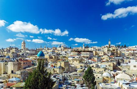 IGLESIA: Los techos de la ciudad vieja con Santo Sepulcro Iglesia de la b�veda, Jerusal�n, Israel