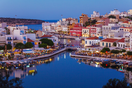 kreta: Agios Nikolaos City and Voulismeni Lake at Night  Crete, Greece Stock Photo
