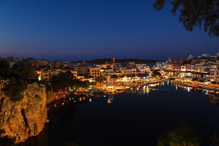 kreta: Agios Nikolaos City and Voulismeni Lake at Night  Crete, Greece Stock Photo