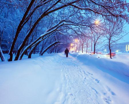 Illuminato Scena notturna della città di inverno Archivio Fotografico - 47088461