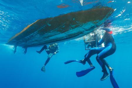 chaloupe: Groupe de plongeurs Escalade en bateau Banque d'images