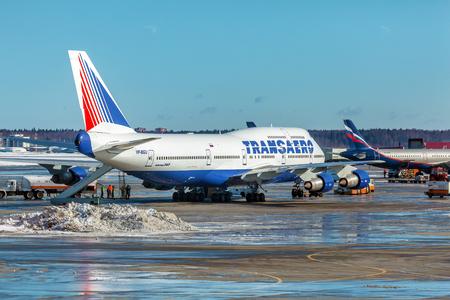 boeing 747: MOSCA, RUSSIA - 22 marzo, 2012: Boeing 747 della compagnia Transaero presso l'aeroporto Sheremetyevo Editoriali