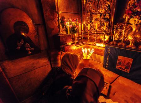 Gerusalemme, Israele - 17 febbraio 2013: Pellegrini in preghiera all'interno Edicola nella Chiesa del Santo Sepolcro