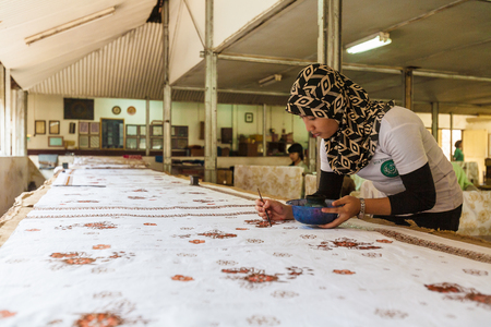 batik: YOGYAKARTA, Indonésie - 28 août 2008: Femme peinture cire à l'usine de batik traditionnel