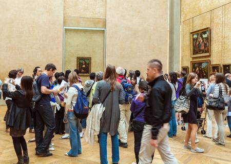 leonardo da vinci: PARIS, FRANCE - APRIL 8, 2011: Students walking inside the Louvre Museum near Mona Lisa portrait of Leonardo da Vinci Editorial
