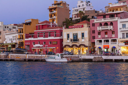 kreta: AGIOS NIKOLAOS, GREECE - JULY 28, 2012: Tourists walking in city center after sunset