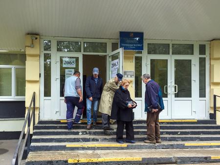 encuestando: Moscú, Rusia - 18 de septiembre, 2016: Los votantes entrar en un centro de votación para participar en la votación de las elecciones de diputados de la Duma