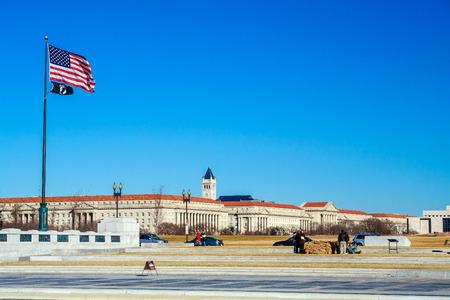 desarrollo económico: WASHINGTON, DC, EE.UU. - 27 de enero 2006: bandera de Estados Unidos y la creación de Administración para el Desarrollo Económico de la Constitución Ave Editorial
