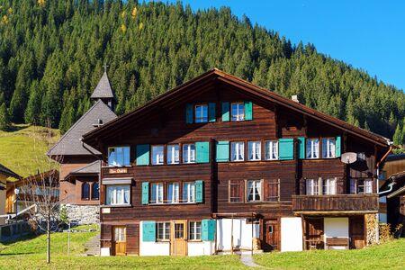 Murren, Svizzera - 17 ottobre 2017: Chalet tradizionale casa e montagne delle Alpi nel villaggio dell'Oberland bernese