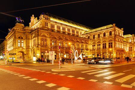Wiedeń, Austria - 22 października 2017: Wiedeńska Opera Narodowa lub Wiener Staatsoper (1709) fasada w nocy