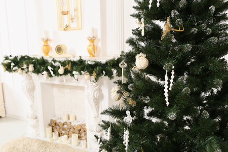 christmas tree decoration: decorated chrismas room with a tree, fireplace