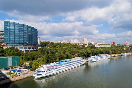 Bateau de croisière amarré à la digue à Rostov-sur-le-Don, en Russie du Sud. Dans le contexte du panorama de la ville sur sept collines. Vue depuis le pont Voroshilovskiy.