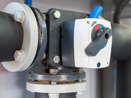électrique trois vanne de boule de saleté sur le tuyau de chaudière industrielle