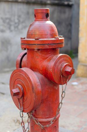 Tubulação de água da boca de incêndio de fogo vermelho perto da estrada. Hidrante de incêndio para acesso de emergência a incêndio