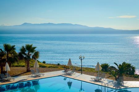 Zwembad van luxehotel aan de kust van de zee. Stockfoto
