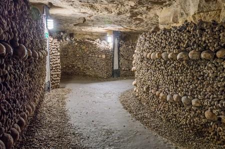 Stare katakumby. Tunele, ściany z kości i czaszek
