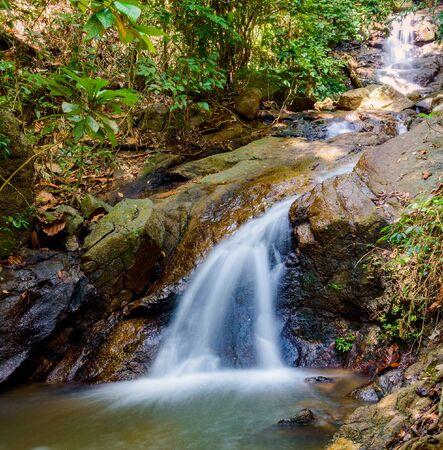 Cascade du district de Kathu sur l'île de Phuket en Thaïlande. Banque d'images